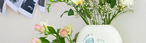 Vase vor der Fotowand