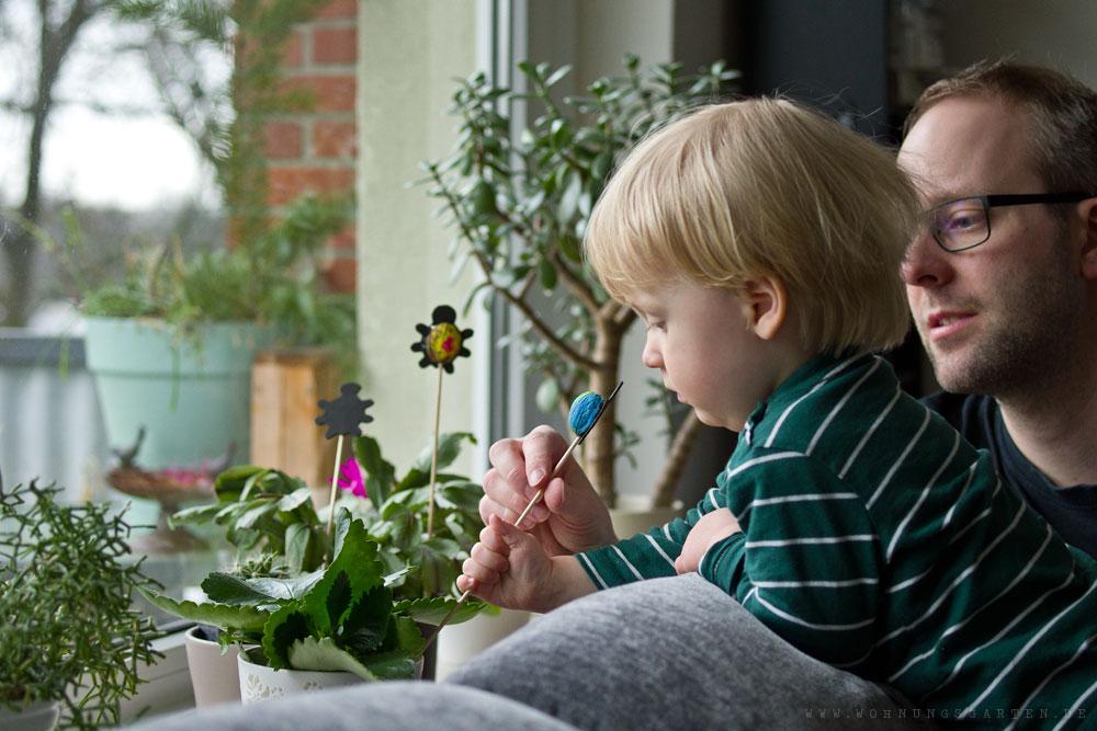 Tristan dekoriert mit den Käferspießen