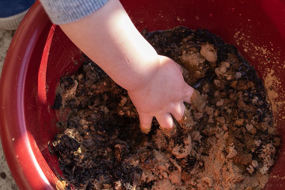 Saatgut-Erde-Mischung durchmischen