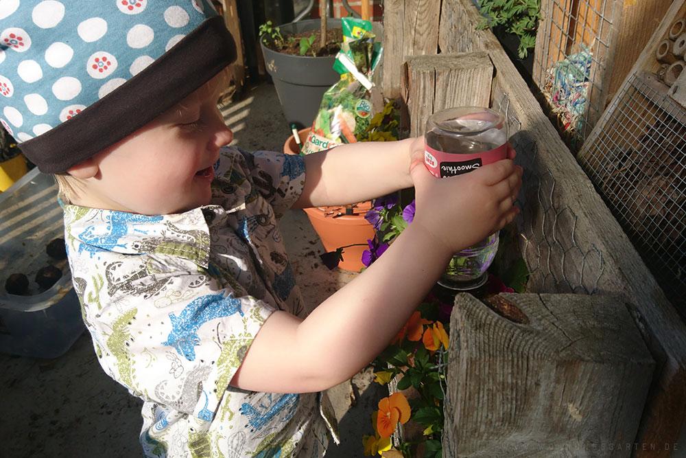 Tristan hat Spaß beim Gießen
