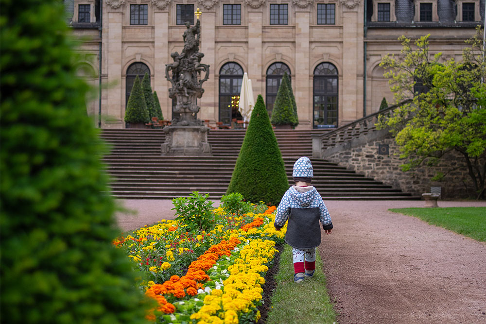 Tristan läuft durch den Schlossgarten